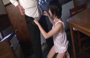 裸体的女孩靠近了